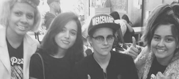 Galeria: Kristen com fãs em loja de roupa em Long Beach