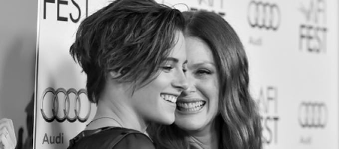 Vídeo: Kristen saindo para jantar com Julianne Moore em Paris