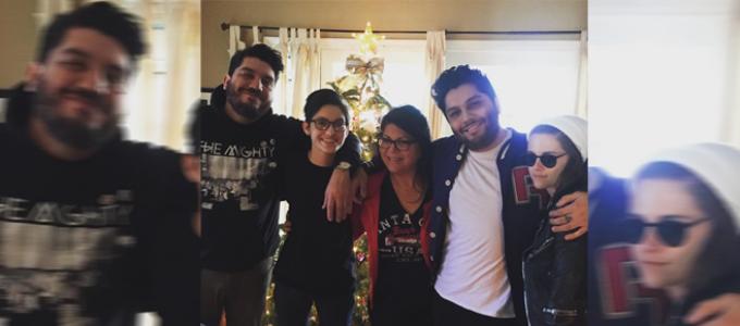 Nova foto da Kristen comemorando o natal com amigos