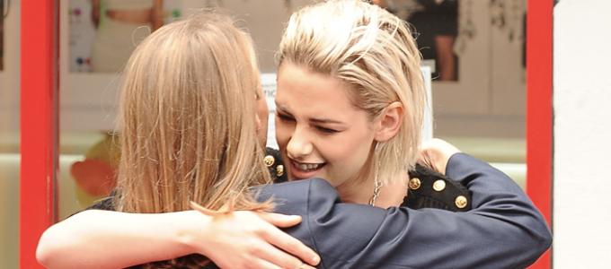 Vídeo legendado: Kristen faz homenagem à Jodie Foster em Hollywood