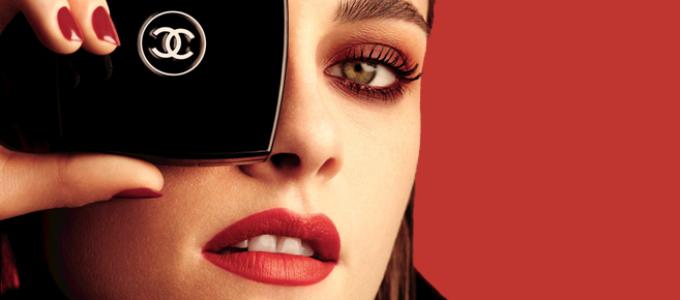 Kristen é o rosto da campanha Le Rouge, Collection N.1