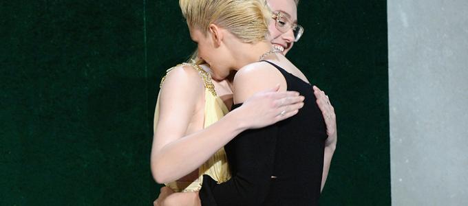 Vídeo legendado: Dakota Fanning homenageia Kristen no ELLE Women in Hollywood Awards