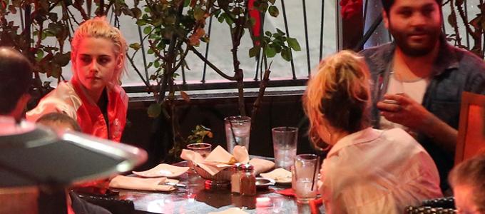 Galeria: Kristen jantando com alguns amigos em Los Angeles