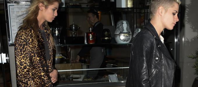 Galeria: Kristen e Stella Maxwell saem para jantar em Paris