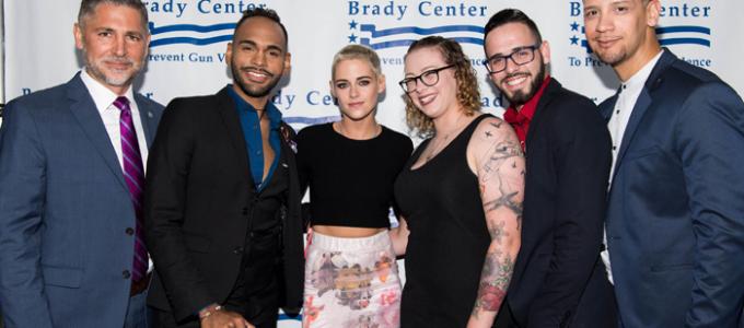 Kristen comparece ao Brady Bear Awards em Los Angeles