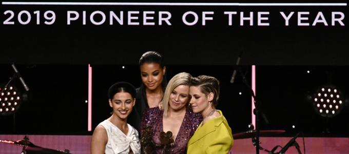 Elenco de As Panteras apresenta prêmio para Elizabeth Banks