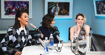 Kristen Stewart, Naomi Scott e Ella Balinska participam do On Air with Ryan Seacrest
