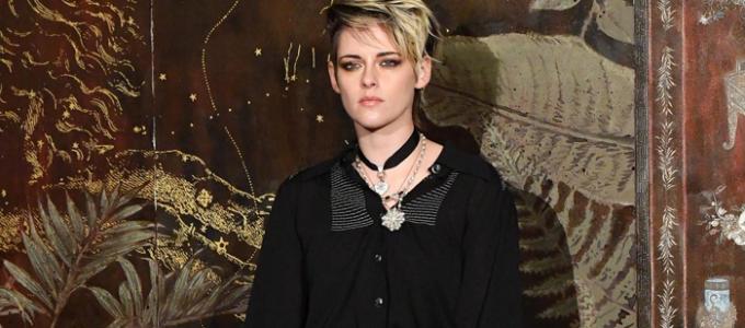 Kristen comparece ao desfile de fim de ano da Chanel em Paris